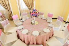 Dekorerad tabell med härliga blommor i den eleganta restaurangen för det perfekta bröllopet Royaltyfri Fotografi