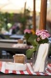 Dekorerad tabell på en utomhus- restaurang Arkivfoton