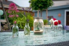Dekorerad trädgårds- tabell Royaltyfria Bilder