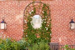 Dekorerad trädgårds- vägg Arkivbild