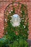 Dekorerad trädgårds- vägg Arkivfoto