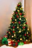 Dekorerad underbar julgran arkivbilder