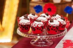 Dekorerad uppsättning av muffin eller den felika kakan för att gifta sig på tabellen Royaltyfri Foto