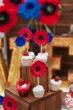 Dekorerad uppsättning av muffin eller den felika kakan för att gifta sig på tabellen Arkivfoton