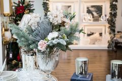 Dekorerad vas med härliga vit blomma- och julträdfilialer, ljus inre med garneringar på bakgrunden fotografering för bildbyråer