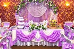 Dekorerad violett brölloptabell Fotografering för Bildbyråer