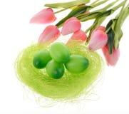 Dekorerade ägg och blommor Arkivfoto