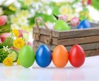 Dekorerade ägg och blommor Arkivbild