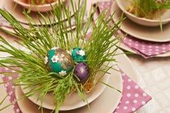 Dekorerade ägg på den tjänade som plattan Arkivbild