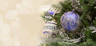 Dekorerade blåa bollar för julgran med utrymme för inbjudan detaljer xmas för banerillustrationvektor royaltyfri foto