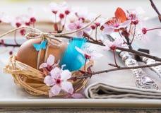 Dekorerade blommor för easter ägg och vår Arkivfoton