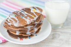 Dekorerade chokladpannkakor med mjölkar Arkivfoton