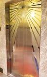 Dekorerade dörrar av elevatorerna i Empire State Building i man Fotografering för Bildbyråer