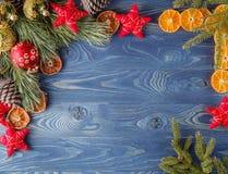 Dekorerade den dekorativa lantliga ramen för jul, granris, torr nolla Royaltyfri Foto