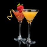 Dekorerade den röda kosmopolitiska coctailen för två coctailar med citruns le Arkivfoto