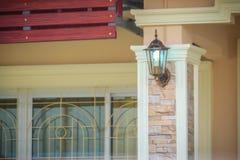 Dekorerade den utomhus- lyktan för tappning på den främre kolonnen av huset Royaltyfri Fotografi
