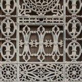 Dekorerade det gamla fönstret för Grunge med blom- modeller för järn Royaltyfri Bild