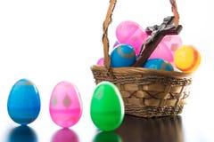 Dekorerade easter ägg är på en tabell och i en korg Arkivbilder