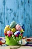 Dekorerade easter ägg av olika färger Arkivfoton