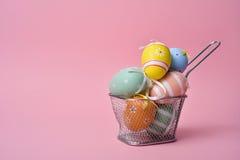 Dekorerade easter ägg av olika färger Arkivfoto