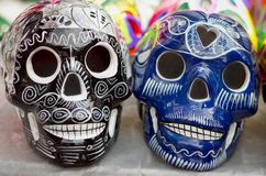 Dekorerade färgrika skallar, dag av döda, Mexico arkivfoton
