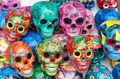 Dekorerade färgrika skallar, dag av döda, Mexico royaltyfri fotografi