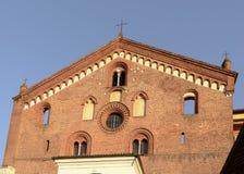 Dekorerade fönster på kyrklig fasad på den Morimondo abbotskloster, Milan, det Arkivfoton