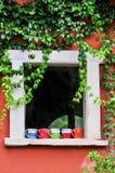 Dekorerade fönstret med en kopp kaffe. Arkivfoton