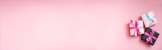 Dekorerade gåvaaskar på den rosa bakgrunden fotografering för bildbyråer