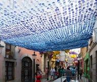 Dekorerade gator av det Gracia området Royaltyfri Fotografi