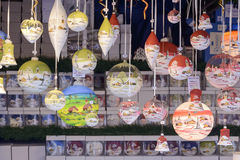 Dekorerade glass bollar i stall på Xmas marknadsför, Stuttgart Royaltyfria Bilder