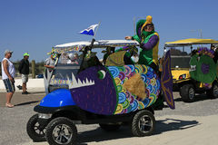 Dekorerade golfvagnar i den barfota Mardi Gras Parade Royaltyfri Foto
