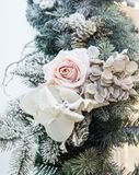 Dekorerade härliga vit blomma- och julträdfilialer, ljus inre med garneringar på bakgrunden arkivbilder