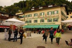 Dekorerade hus i den gamla staden Berchtesgaden germany Royaltyfri Bild