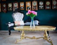 Dekorerade inre rum för tappning med konstgjorda blommor i vas Royaltyfria Foton
