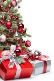 Dekorerade julgran och gåvor Arkivfoton