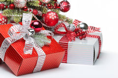 Dekorerade julgran och gåvor royaltyfri bild