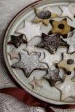 Dekorerade julkakor med isläggning royaltyfri foto