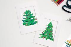 Dekorerade julkort Handgjorda garneringar för nytt år Fotografering för Bildbyråer
