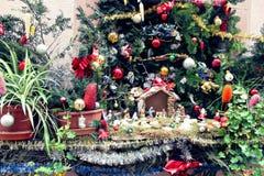 Dekorerade julskydd och träd fotografering för bildbyråer
