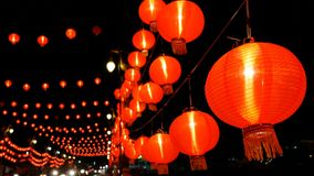 dekorerade kinesiska pappers- lyktor 4K i natten för kinesisk beröm för nytt år lager videofilmer