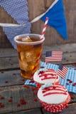 Dekorerade muffin och kall drink med 4th det juli temat Arkivbilder