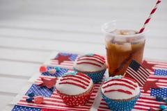 Dekorerade muffin och kall drink med 4th det juli temat Arkivfoton