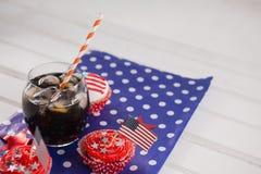 Dekorerade muffin och kall drink med 4th det juli temat Royaltyfri Fotografi