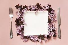 Dekorerade platta och bestick royaltyfri fotografi