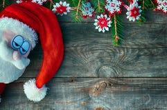 Dekorerade Santa Claus ledsna framsida- och granfilialer Royaltyfri Fotografi
