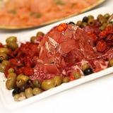 dekorerade skinkaolivgrön plate salami Arkivfoto