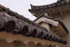 Dekorerade taktegelplattor på väggarna av Himejien rockerar Arkivfoton