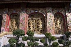 Dekorerade vägg- och fönsterskyddsgallrar på wat jed yod royaltyfria bilder