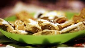 Dekorerar söta hemlagade kakor för jul varje tabell arkivbild